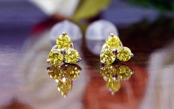 ファンシービビッドイエローダイヤモンドを使用した珍しいピアス