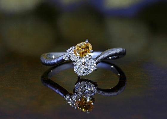 非常に鮮やかで美しいオレンジ色のオーバルカットダイヤモンド