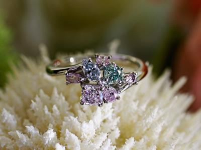 天然カラーダイヤをちりばめた豪華なリングです。(sold out)